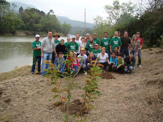 Voluntários fazem plantio de neutralização de CO2 da campanha de candidatos do PV