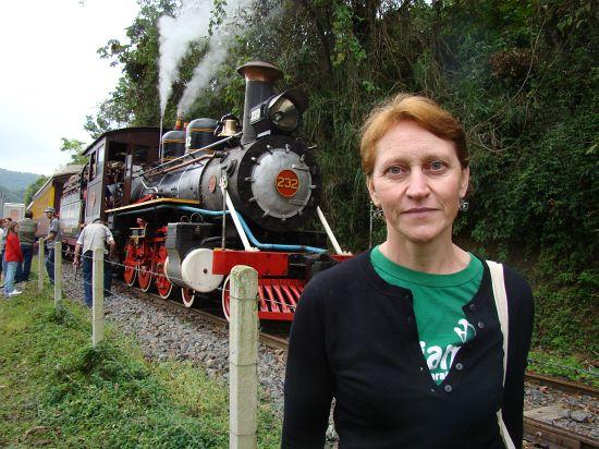 Miriam 4343 conhece Ferrovia das Bromélias e defende uso de trem