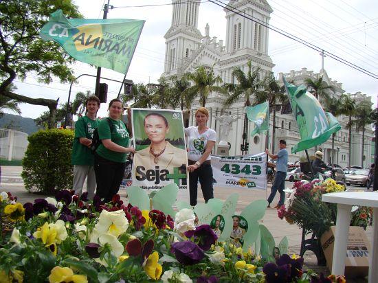 Miriam 4343 encerra campanha eleitoral com plantio de flores em cidades da região
