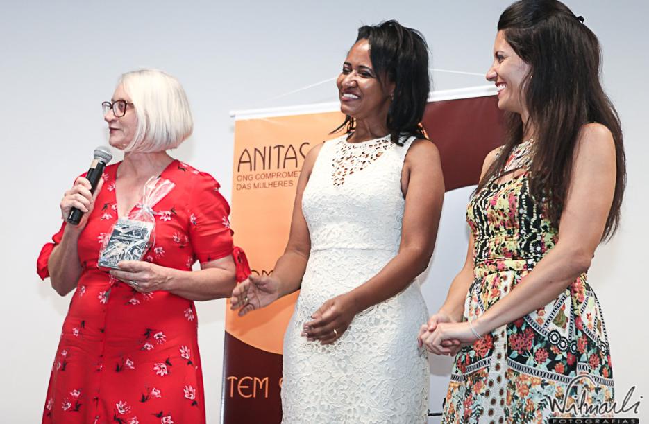 Miriam recebe troféu Anitas Libertas