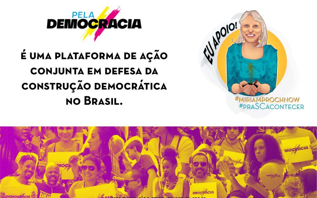 Miriam Prochnow assina o pacto pela democracia