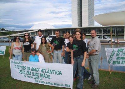 Manifestação pela aprovação da Lei da Mata Atlântica em frente ao Congresso Nacional. Foto: Arquivo pessoal.
